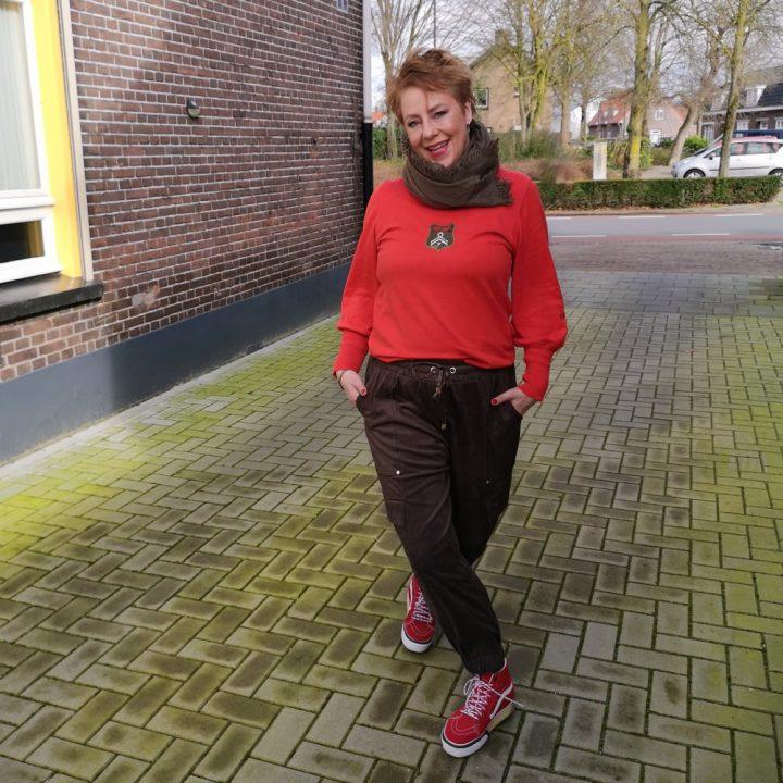 Zara, jogger, cargo, fashion, 50 plus, beautysome, groen, vans, rood,
