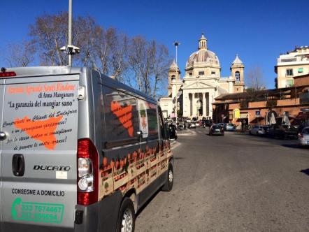 Giacomo Rindone in giro per Roma a vendere le sue arance rosse. Ponte Milvio