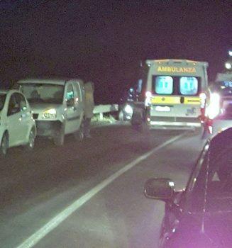 Un'ambulanza presta i soccorsi ai feriti