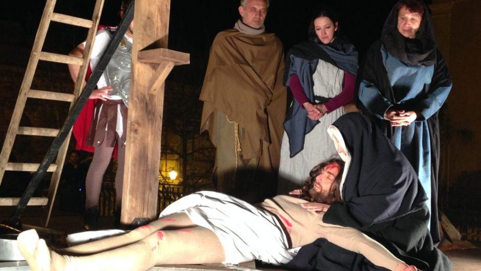 """""""In cammino verso la croce"""", la Via Crucis vivente di Santa Maria di Licodia"""