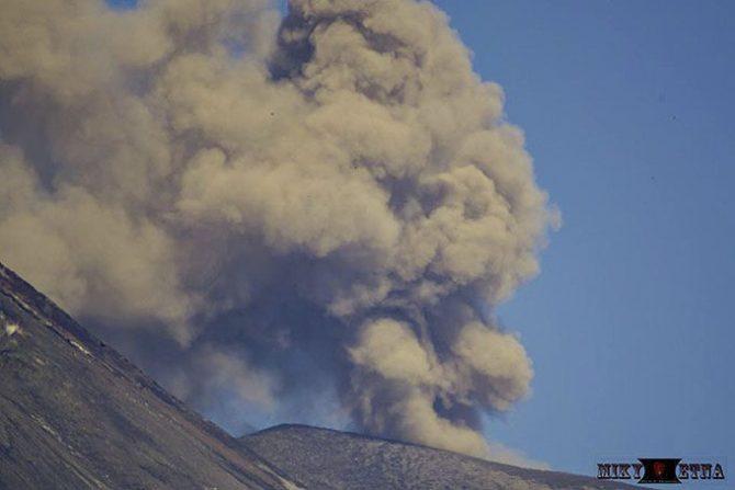 Etna, emissione di cenere dal Nord-Esta - foto di Miky Mammino