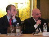 Il moderatore Luca Crispi e l'autore