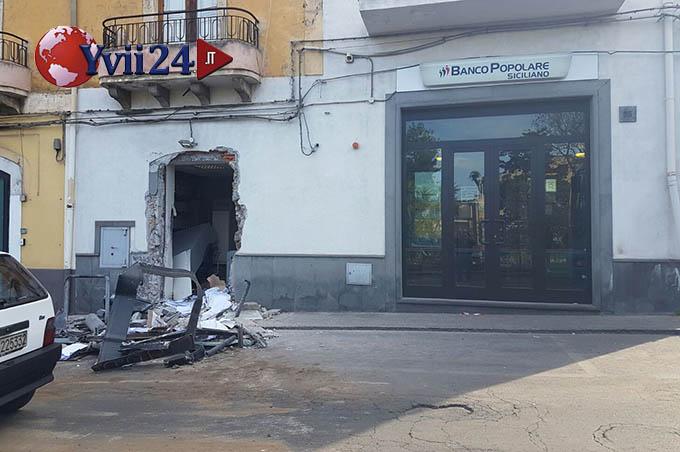 Adrano, tentano il furto del bancomat: colpo fallito. Malviventi portano via solo la cassa continua