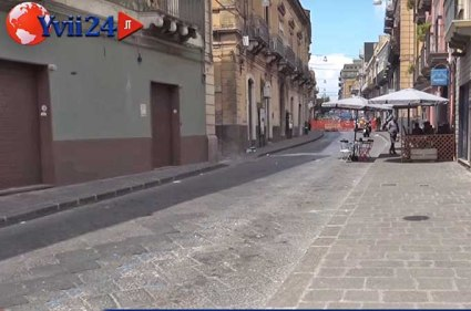 Via Vittorio Emanuele di Biancavilla deserta a causa dei lavori di rifacimento della rete fognaria