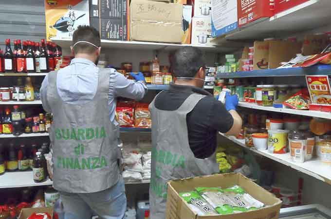 Catania, Guardia di Finanza sequestra 2 tonnellate di prodotti cinesi non idonei al consumo