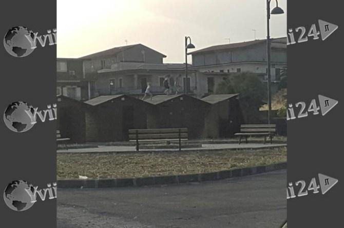 La foto pubblicata su Facebook che ritrae le ragazzine correre sui tetti delle casette Gal