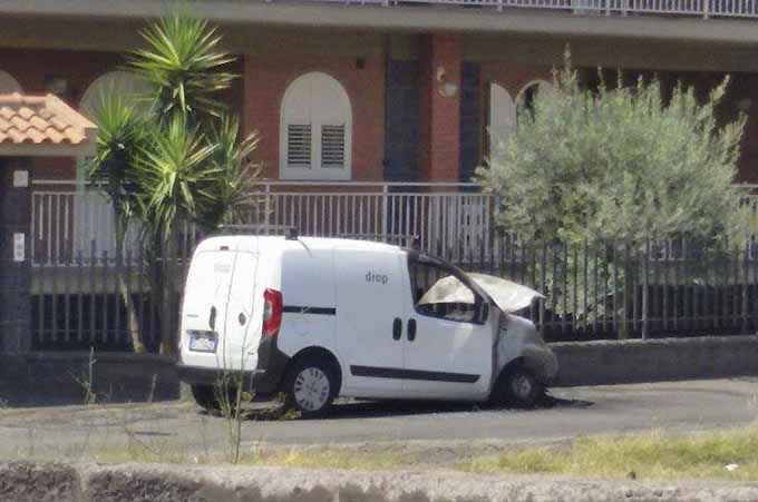Santa Maria di Licodia, furgone in fiamme: autocombustione