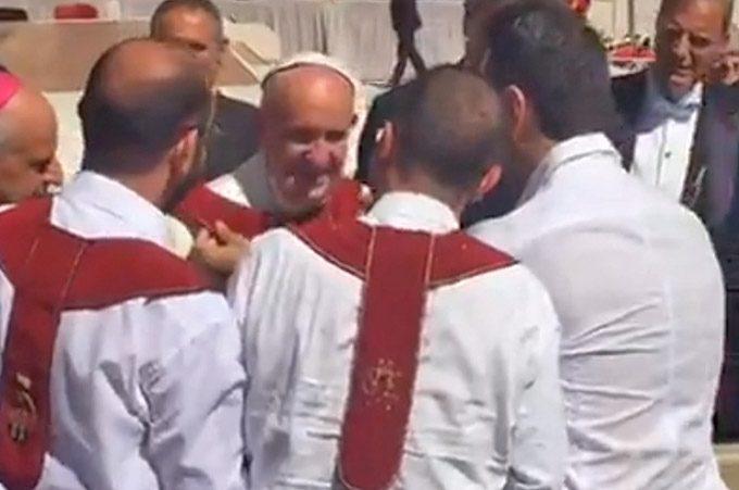 Papa Francesco indossa lo scapolare dell'Associazione Madonna dell'Elemosina di Biancavilla