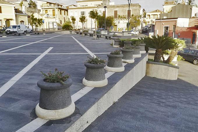 Belpasso, un privato cittadino ripulisce piazza San Giuseppe