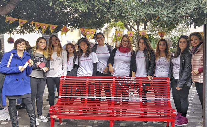 """Biancavilla, una """"Panchina Rossa"""" contro la violenza sulle donne"""