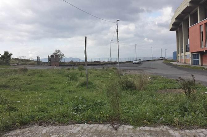 L'area in cui è stata abbandonata una tonnellata di eternit