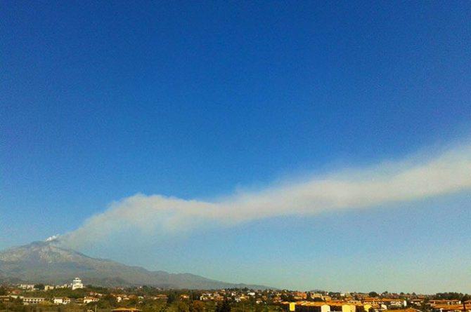 La nube di cenere ripresa intorno alle 11 del 18 marzo dal versante sud