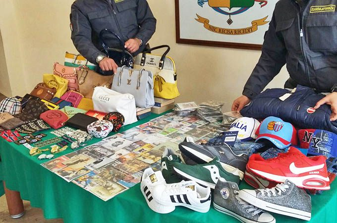 Catania, Finanza sequestra seimila prodotti taroccati alla fiera