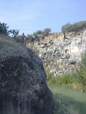 La roccia d'arenaria e i basalti lavici, nel mezzo scorre il Simeto