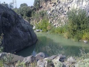 La valle delle Muse, la roccia d'arenaria, i basalti lavici e il fiume Simeto