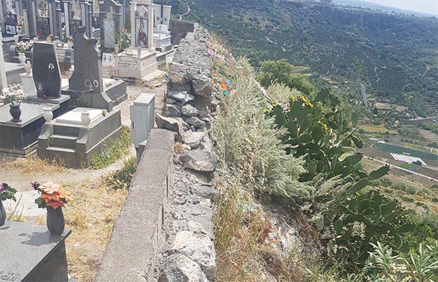 Adrano. Scarico edile oltre il muro del cimitero, denuncia del M5S