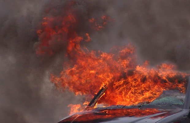 Adrano. Auto in fiamme nella notte: è incendio doloso