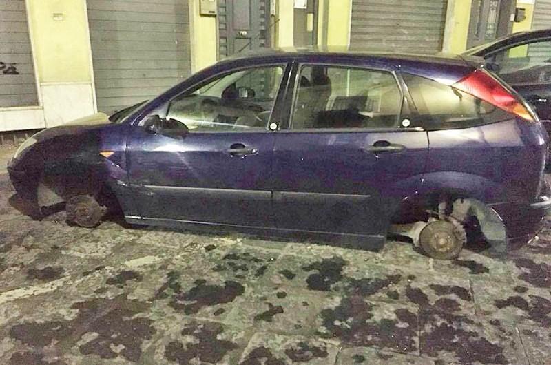 Biancavilla, rubate le ruote a un'auto in via Innessa