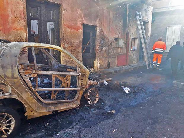 Biancavilla, due auto distrutte da un incendio