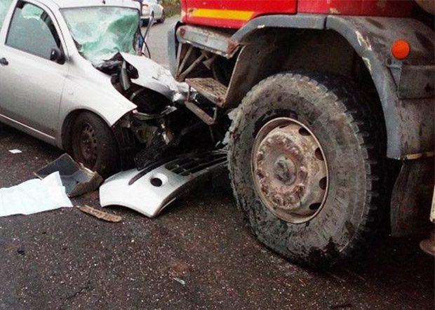 Belpasso, incidente frontale tra una betoniera e un'utilitaria
