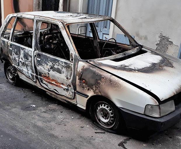 Paternò. È emergenza piromani, altre due auto incendiate: 12 in una settimana