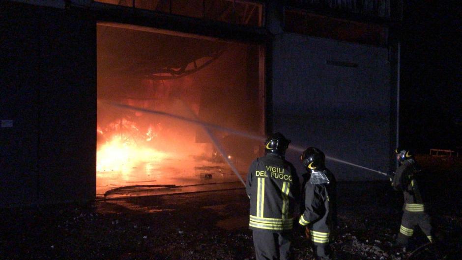 Biancavilla. Incendio al cantiere della nettezza urbana in via del Bottaio: distrutti 8 mezzi