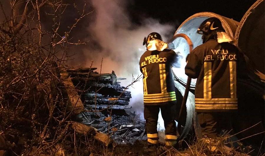 Santa Maria di Licodia. Incendio all'interno di una ditta di materiale edile