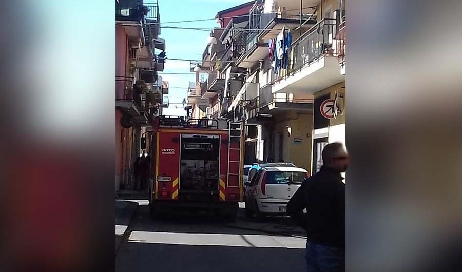Santa Maria di Licodia. Bombola in fiamme in via Solferino
