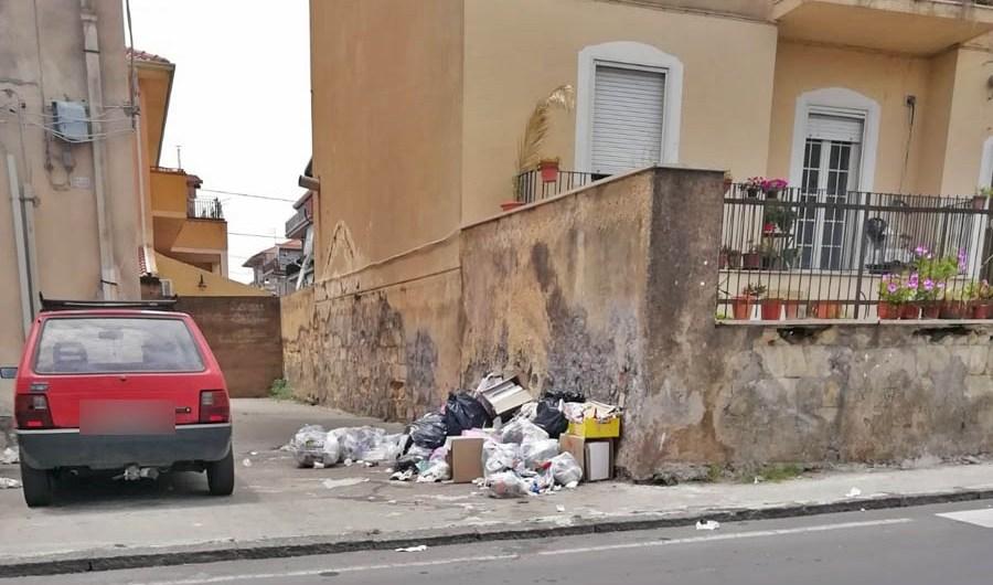 Dillo a Yvii24. Biancavilla da una settimana spazzatura non ritirata in viale Europa