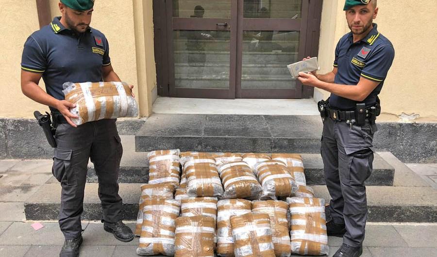 """Belpasso.  Arrestato corriere della droga: in auto 46 chili di """"erba"""""""