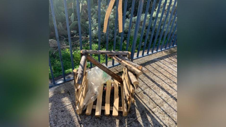Santa Maria di Licodia. Divelto cestino in legno realizzato dagli Scout