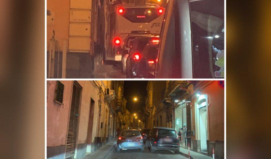 Santa Maria di Licodia. La sosta selvaggia blocca il bus in via Vittorio Emanuele