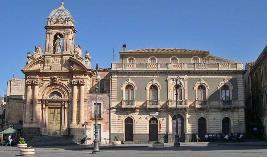 Biancavilla. Cade dal balcone in piazza Roma: morto sul colpo