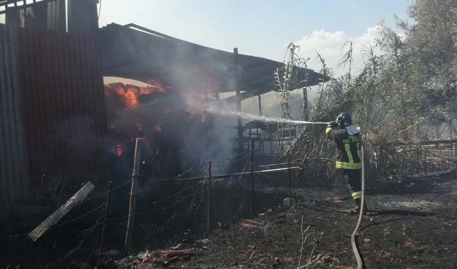 Paternò. Vasto incendio in fienile di un'azienda agricola in contrada Cafaro