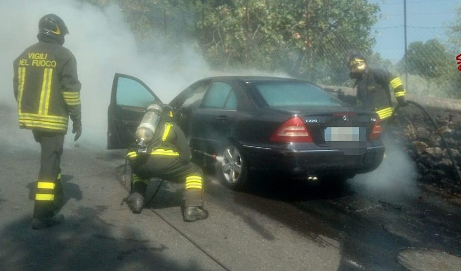 Ragalna. Automobile in fiamme