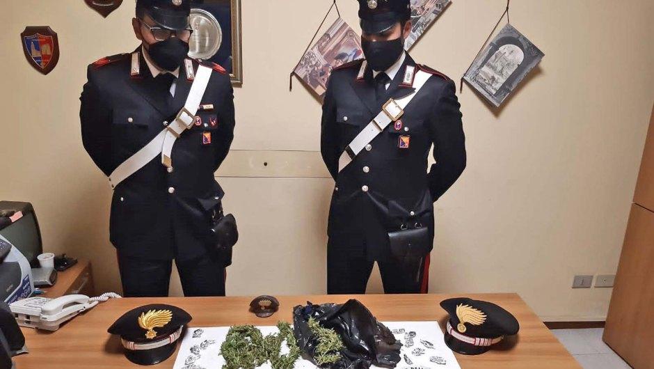 """Paternò. Spacciatori tentano la fuga sui tetti: arrestati con 80 grammi di """"erba"""""""