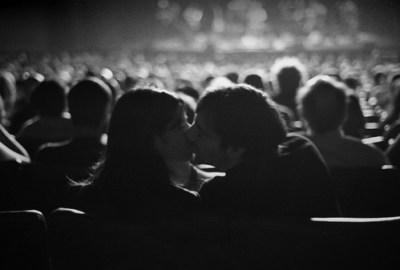 black-and-white-couple-kiss-movie-photography-theater-Favim.com-104376