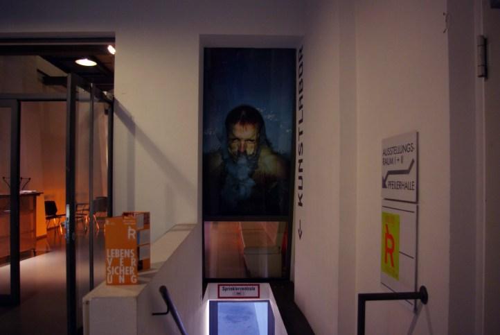 """Eingang in das Kunstlabor. Über dem Abgang: """"Eintauchen"""", Marco Schuler"""