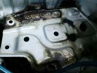 サビ転換剤塗布後のZ32バッテリー周り写真
