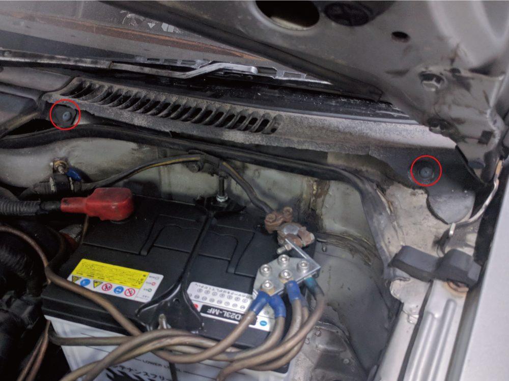 Z32 左カウルトップグリル(バッテリー側) 取り外し 写真(その1)