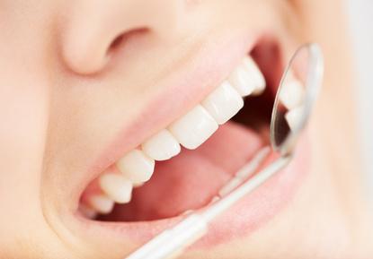 Die Kariesfrüherkennung ist von größter Wichtigkeit, um größeren Zahnschäden vorzubeugen. © pressmaster / Fotolia.com