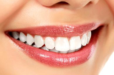Durch eine schonende Zahnaufhellung (Bleichen) gewinnen Sie Ihr natürliches Zahnweiß zurück. © Nobilior / Fotolia.com