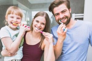 Familie putzt zähne mutter kind vater