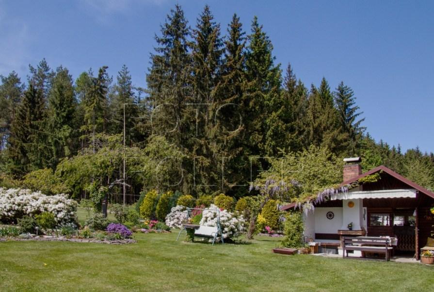 Kulisy zahrady obstará sousední les