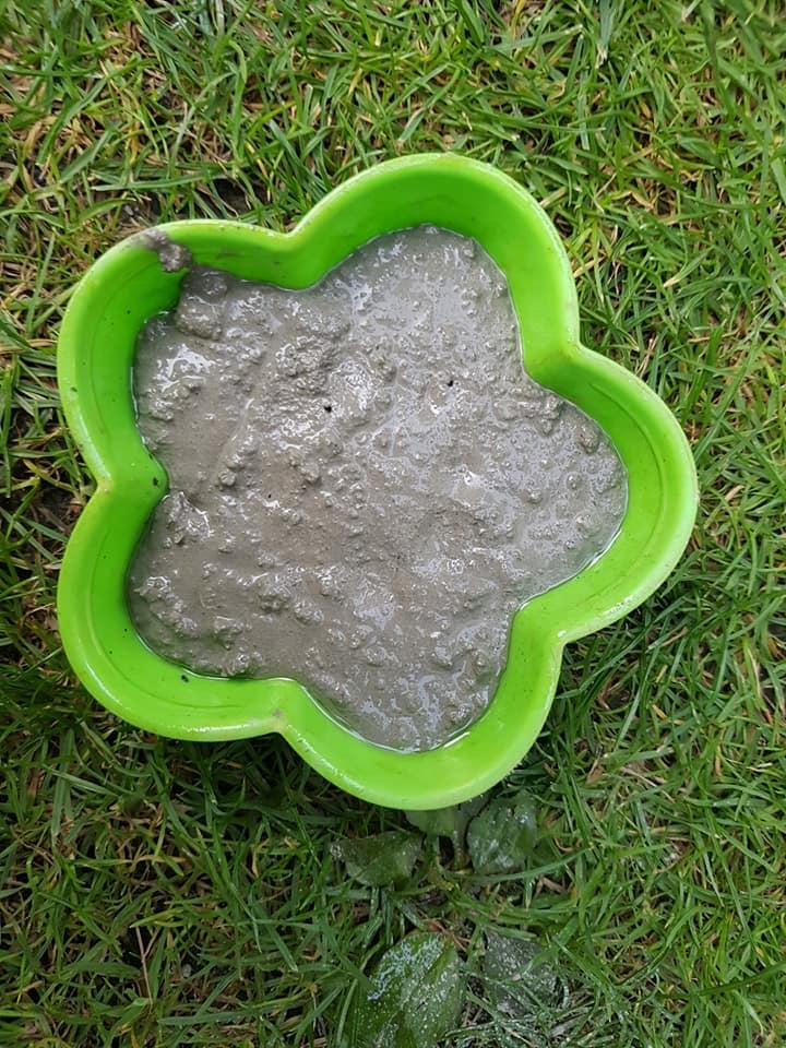 Směs na beton nalejte do formičky.