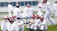 """<p><strong>""""Esta es una escena que rara vez se vez en China: los trabajadores situados en un territorio dominado por el poder capitalis</strong><strong>ta, manifestándose libremente y exigiendo una subida salarial"""", escribe la revista Nuevo Siglo. <br /> </strong></p> <p style=""""text-align: center;""""><a href=""""http://www.zaichina.net/wp-content/uploads/2010/06/huelga-en-Honda.jpg""""><img alt="""""""" class=""""alignleft size-full wp-image-867"""" src=""""http://www.zaichina.net/wp-content/uploads/2010/06/huelga-en-Honda.jpg"""" style=""""width: 250px; height: 260px;"""" title=""""huelga en Honda"""" /></a></p> <p>El 27 de mayo, un centenar de trabajadores se sentaba a las puertas de una de las fábricas de Honda en el sur de China y continuaba con una huelga que había comenzado diez días antes. Ataviados con ropas blancas, botas negras y las gorras rojas de la empresa, llevaban máscaras que cubrían sus rostros. Allí esperaban a los medios chinos y extranjeros, ante los que se explayaron a gusto: """"Si no cumplen nuestras exigencias, seguiremos en huelga hasta el final"""", declaraba uno de ellos.</p> <p>La huelga en las fábricas de Honda se une a las críticas en<a href=""""http://www.zaichina.net/2010/04/26/trabajar-para-microsoft-en-china/""""> las fábricas de Dongguan </a>y a la<a href=""""http://www.adn.es/lavida/20100527/NWS-1577-foxcon-suicidios-empleados-china.html""""> ola de suicidios en Foxconn</a>, poniendo en entredicho en las últimas semanas el funcionamiento de estas empresas intensivas en mano de obra y que han sido hasta ahora una de las claves del desarrollo económico chino. Todos estos casos tienen además implicaciones internacionales. Las dos primeras como fabricantes para empresas extranjeras, entre ellas Apple y Microsoft (FoxConn es la mayor subcontrata de electrónica del mundo); Honda, como uno de los líderes en la producción de coches del mundo.</p> <p>Los trabajadores de Honda han aprovechado esta huelga no sólo para quejarse de los salarios, sino también del sindicato controlado por el Gobiern"""
