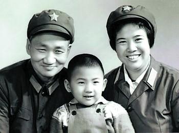 El pequeño Mao Xinyu junto a su padre (Mao Anqing, hijo de Mao Zedong) y su madre (Shao Hua)
