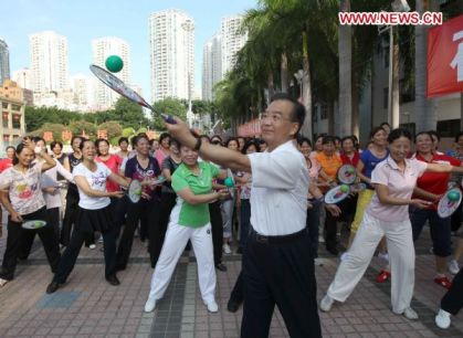 Una de las clásicas imágenes del primer ministro chino mostrando su cercanía con el pueblo. Shenzhen, 21 de agosto de 2010. Foto de Xinhua.