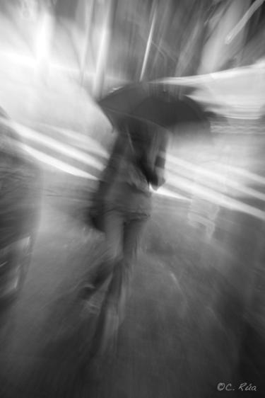La soledad de una mujer bajo la intensa lluvia de Shanghai.