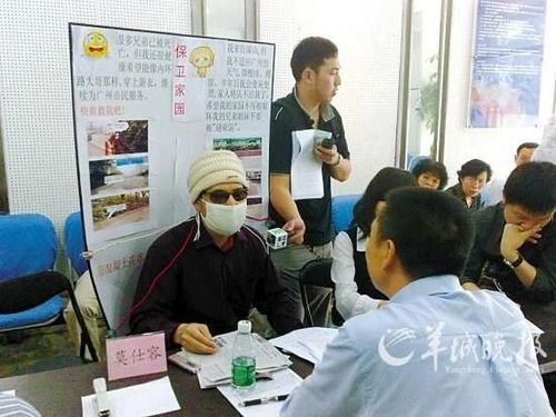 El hombre de la máscara hablando con los medios de comunicación y exponiendo sus quejas